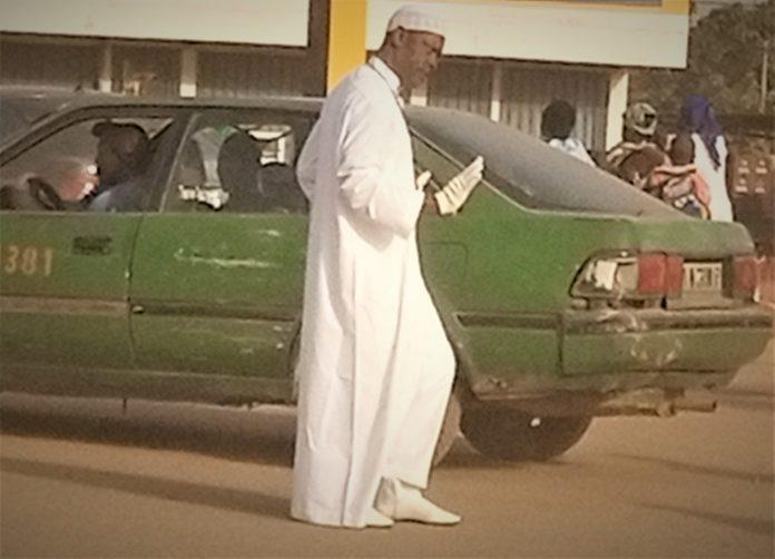 Ousmane Sawadogo, président de AFOV, en pleine séance de régulation de la circulation à katr-yaar de ouagadougou au Burkina Faso